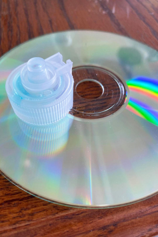 supplies for building a hovercraft recycling project for kids: this is an old dish soap cap and a CD